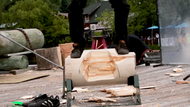 vidéos et rushes de contestants compete in the underhand chopping event at the lumberjack world championships on july 20 2018 in hayward wisconsin - concurrent