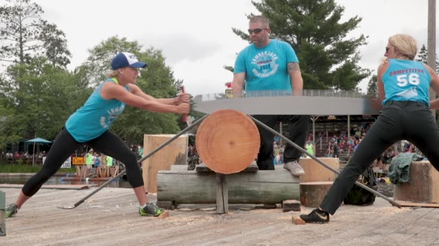 vidéos et rushes de contestants compete in the women's double buck sawing competition at the lumberjack world championships on july 20 2018 in hayward wisconsin - concurrent