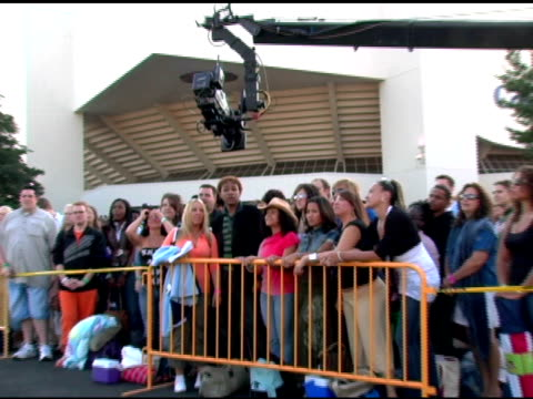 vidéos et rushes de contestants participate in opening sequence shooting at the 'american idol' season 6 new york/new jersey auditions at continental airlines arena in... - concurrent