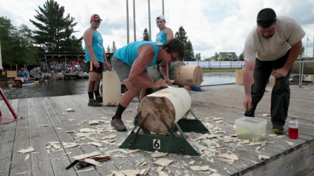 vidéos et rushes de contestants prepare to compete in the underhand chopping event at the lumberjack world championships on july 20 2018 in hayward wisconsin - concurrent