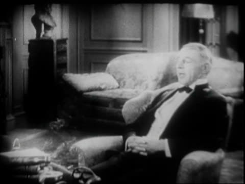 vidéos et rushes de continuation of casual conversation in black tie formal wear between actor walter huston and director dw griffith, conducted in parlor / mr huston... - 1930
