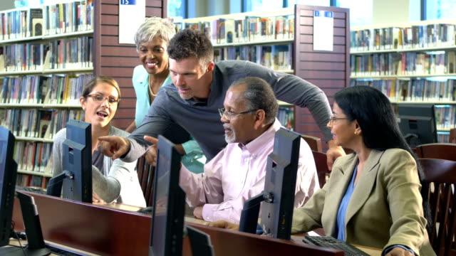 vídeos y material grabado en eventos de stock de clase de educación continua en computadoras en la biblioteca - laboratorio de ordenadores