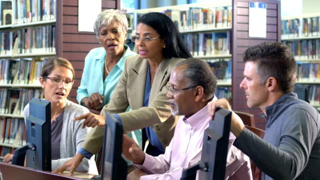 図書館のコンピュータでの継続的な教育クラス - 公共図書館点の映像素材/bロール