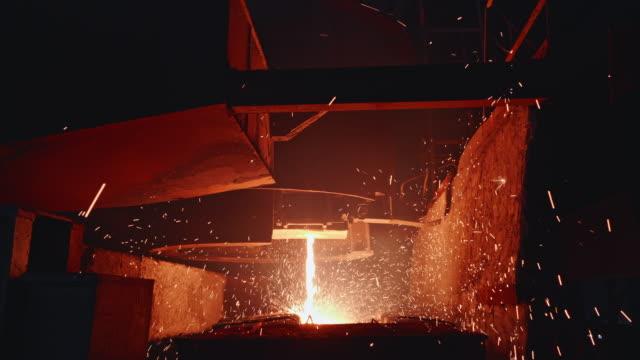 vidéos et rushes de machine de coulée continue formant des billettes dans une usine d'acier en afrique - lancer la ligne de canne à pêche