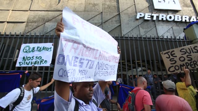 contractors that build the petrochemical complex of rio de janeiro demonstrate outside petrobras headquarters demanding three month of late wages are... - fordern stock-videos und b-roll-filmmaterial