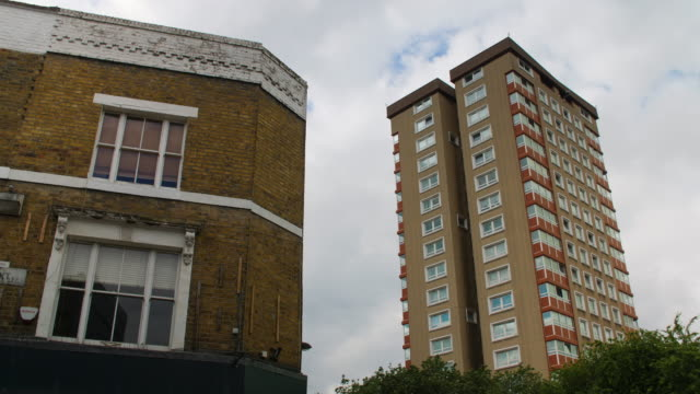 vidéos et rushes de contrasting london buildings - hackney