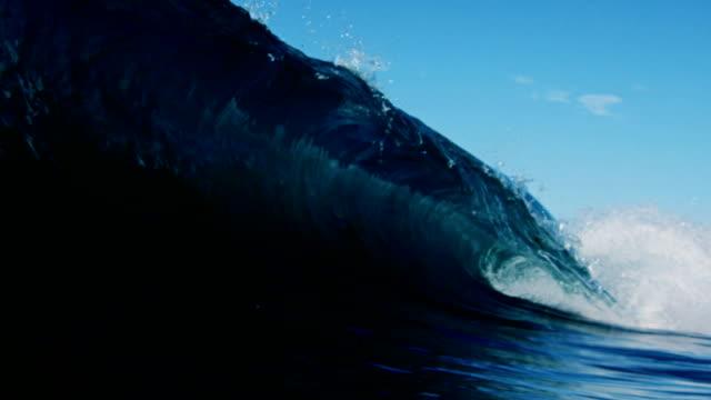 vidéos et rushes de de très belles contrastée vague brisant de l'appareil avec le ciel clair de l'été californien. tourné à slowmo sur le rouge dragon de 300fps. - de grande taille