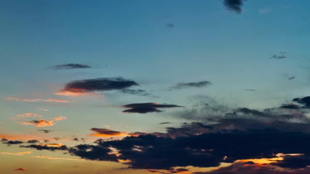 vídeos de stock, filmes e b-roll de nuvens contrasty vívido pôr-do-sol - passar a frente