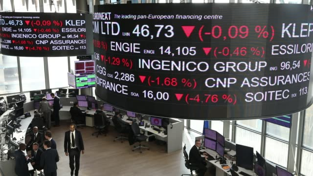 vidéos et rushes de control room of euronext the operator of the paris stock exchange circular screens indicate the evolution of the stock market price on november 21... - number 3