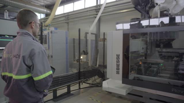 ansteuerung der maschine - halle gebäude stock-videos und b-roll-filmmaterial