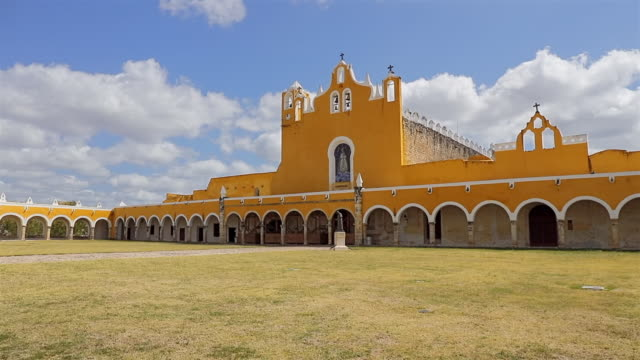 convent of san antonio de padua franciscan monastery in izamal - mexico / yucatán - arco architettura video stock e b–roll