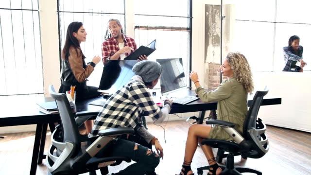 vidéos et rushes de conversations dans un office de mise en marche, remue-méninges - multi ethnic group