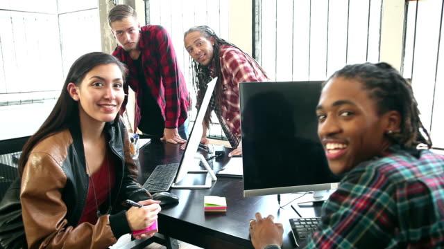 gespräche in einem start-up-büro, brainstorming - multi ethnic group stock-videos und b-roll-filmmaterial