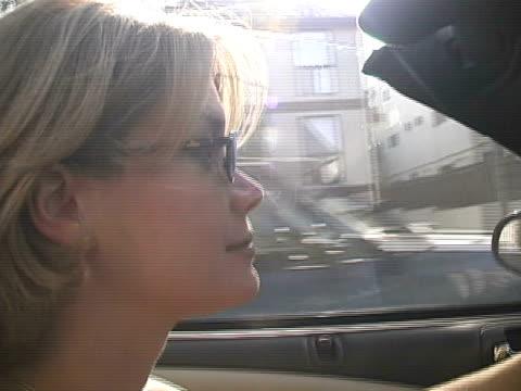 Cabrio-Frau im Sonnenlicht: Wunderschöne Blonde offenen, das Auto zu fahren