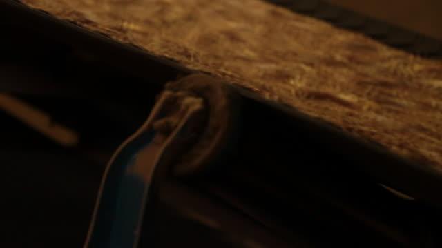 vídeos de stock, filmes e b-roll de conveyer belt moving woodchips - movimento perpétuo