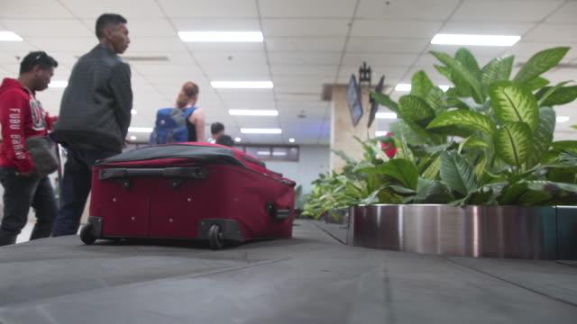 vídeos de stock, filmes e b-roll de conveyor belt at baggage claim. manila ninoy aquino international airport - ocidentalização