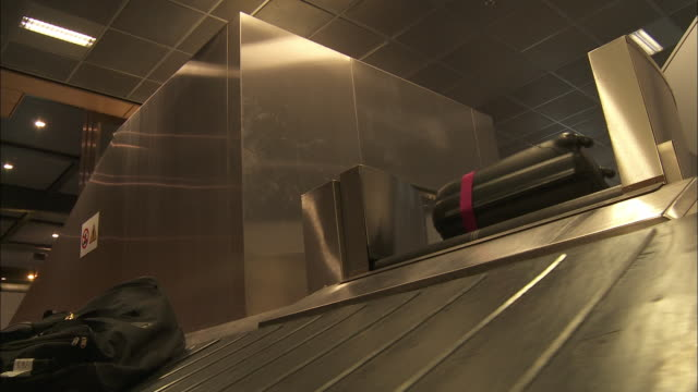 conveyor belt luggage at airport - reisegepäck stock-videos und b-roll-filmmaterial