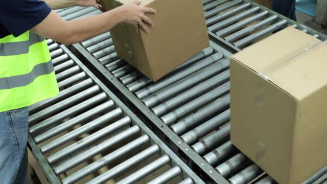 箱が付いているコンベヤーベルト - コンベヤーベルト点の映像素材/bロール