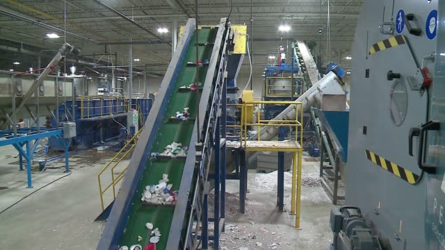 conveyor belts move along plastic and styrofoam at plastic recycling inc. in indianapolis on oct. 6, 2016. - ポリスチレン点の映像素材/bロール