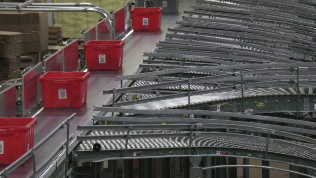 Conveyor rollers sorting totes  and boxes on a line