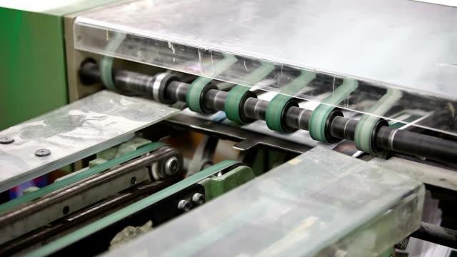 vídeos y material grabado en eventos de stock de cinta transportadora. - máquina impresora