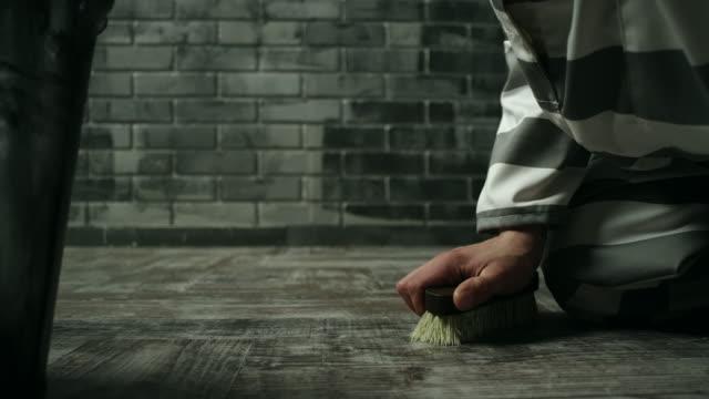 sträfling bodenreinigung gefängniszelle in der strafanstalt - abbürsten stock-videos und b-roll-filmmaterial