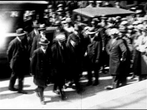 vídeos de stock e filmes b-roll de convicted italians nicola sacco bartolomeo vanzetti being escorted from police wagon to building steps officials stopping for photographer to take... - anticomunismo