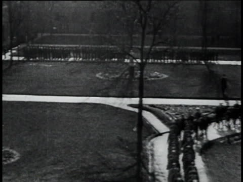 convicts marching in a prison yard / chicago, illinois, united states - 1934 bildbanksvideor och videomaterial från bakom kulisserna