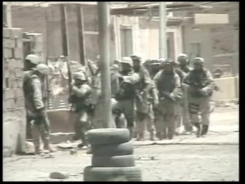vídeos de stock, filmes e b-roll de convoy attack may have targetted saddam news at ten robert moore us special forces soldiers breaking down door of flat and entering ls ms us special... - iraque