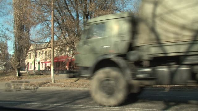 a convoy of 20 military vehicles and 14 howitzer cannons without number plates or markings drove through the rebel town of makiivka on sunday in the... - artiglieria video stock e b–roll