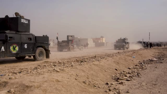 stockvideo's en b-roll-footage met a convoy of iraqi special operations forces armored vehicles drive towards the front lines in mosul the military operation to liberate the city of... - humvee
