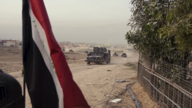 vídeos y material grabado en eventos de stock de a convoy of iraqi special operations forces armored vehicles drive towards the front lines in mosul the military operation to liberate the city of... - isis