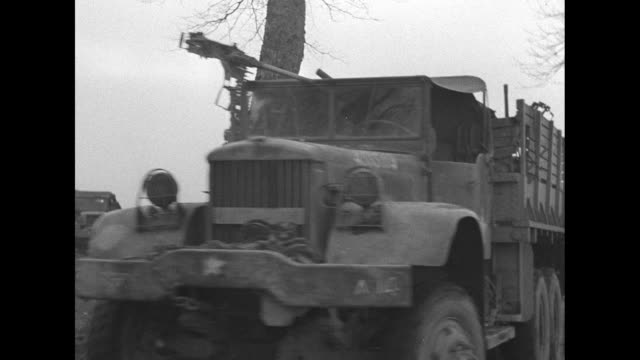 vidéos et rushes de convoy of troop carriers and military vehicles / african-american soldiers ride past on carrier, one with a cigarette in his mouth / soldiers walk on... - soldat