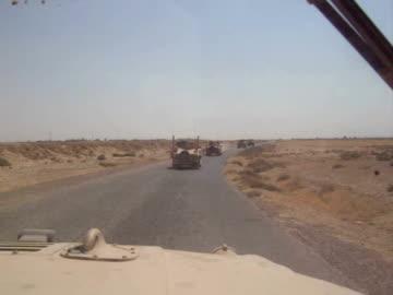 convoy of us army humvees in northern iraq - armé bildbanksvideor och videomaterial från bakom kulisserna