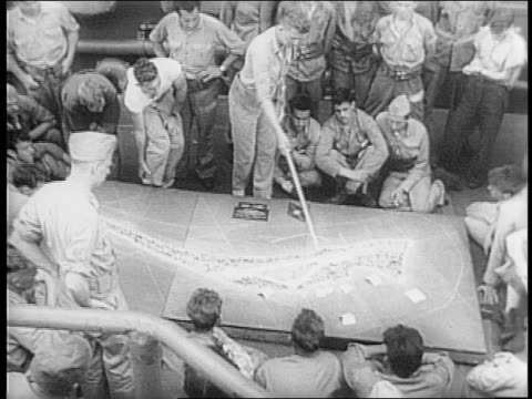 vídeos de stock e filmes b-roll de convoy of us marine ships at sea / officer lecturing marines on relief map on deck /chaplain lieutenant francis w kelly saying mass for marines on... - padre