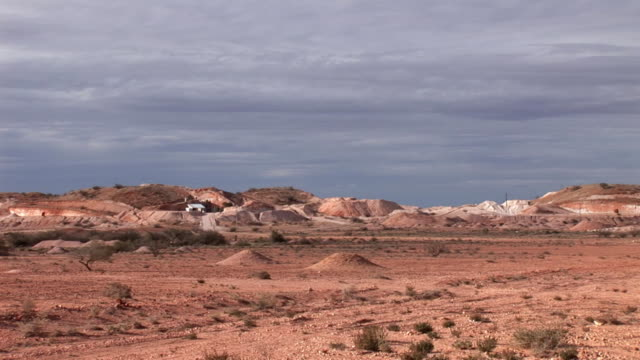 ws coober pedy mining mounts, coober pedy, south australia, australia - coober pedy stock videos & royalty-free footage
