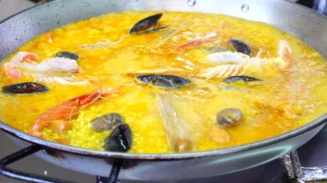 coocking スペインでパエリア - パエリヤ点の映像素材/bロール