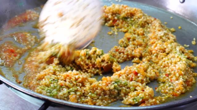 vídeos de stock e filmes b-roll de coocking arroz a banda in spain - arroz cereal