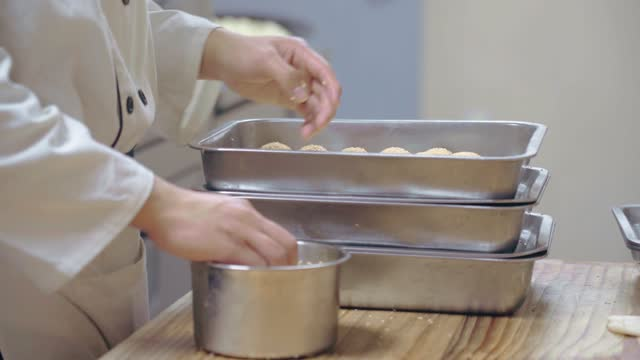 cook making steamed buns,suzhou,china. - ダンプリング点の映像素材/bロール