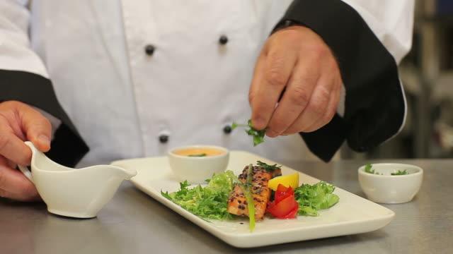 cook presenting and finishing a meal - サラダドレッシング点の映像素材/bロール
