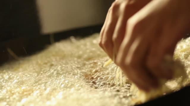 vídeos y material grabado en eventos de stock de ms cook/chef preparing a prawn tempura dish, typical japanese food deep frying / sao paulo, brazil - freír mediante inmersión total en aceite caliente