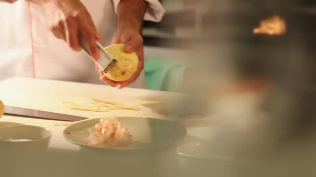 vídeos y material grabado en eventos de stock de ms pan cook/chef preparing a prawn tempura dish, typical japanese food / sao paulo, brazil - utensilio para cocinar