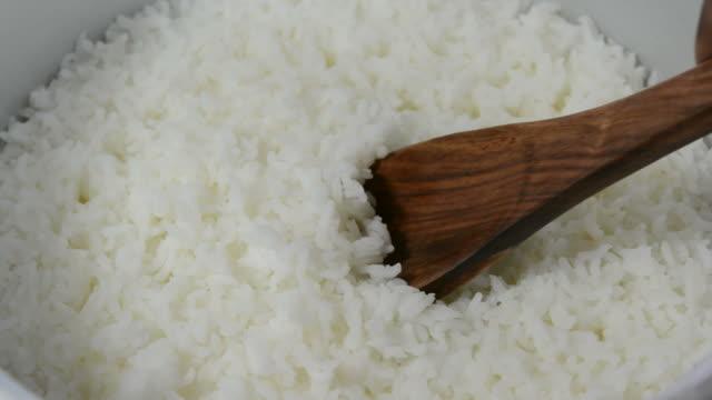 stockvideo's en b-roll-footage met cooked rice - handen in een kommetje