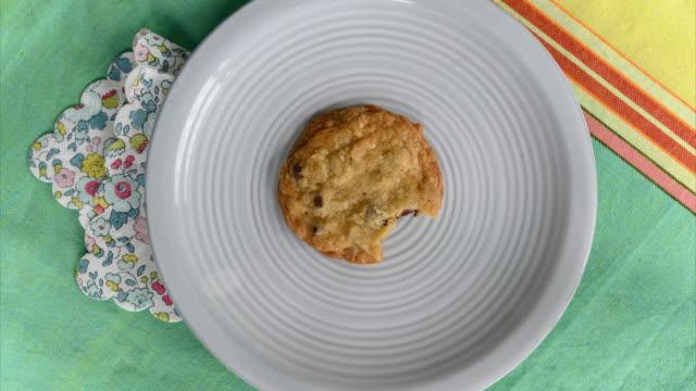 stockvideo's en b-roll-footage met cookie being eaten - bloemenmotief