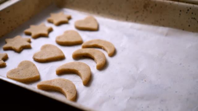 cookies sind fertig zum backen - keks stock-videos und b-roll-filmmaterial