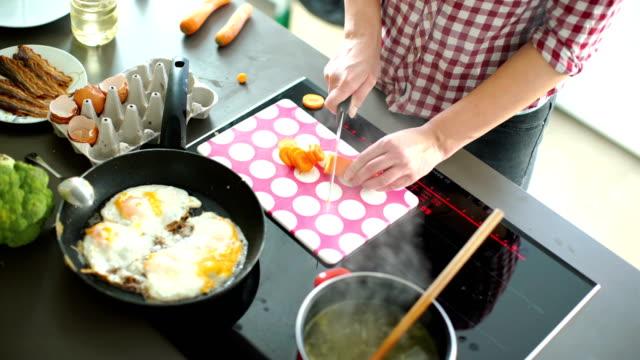 vídeos y material grabado en eventos de stock de cocinar una comida. - huevos fritos de un solo lado