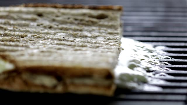 kochen eines gerösteten sandwiches mit schmelzkäse - käse stock-videos und b-roll-filmmaterial