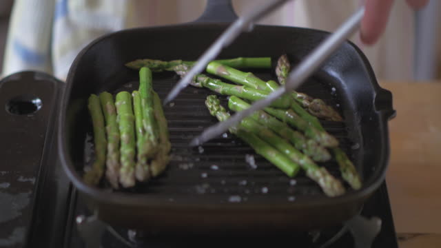 cooking asparagus using griddle pan - vegetarian food stock videos & royalty-free footage