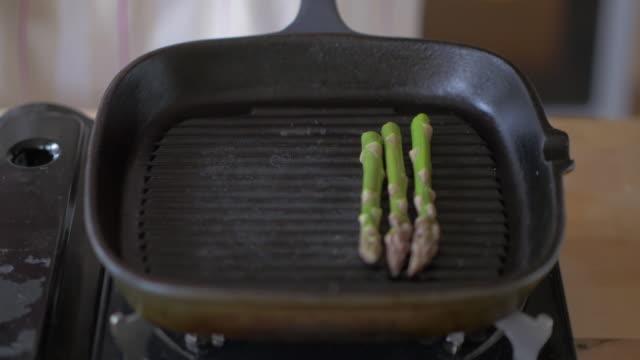 Kochen Spargel mit Grillpfanne