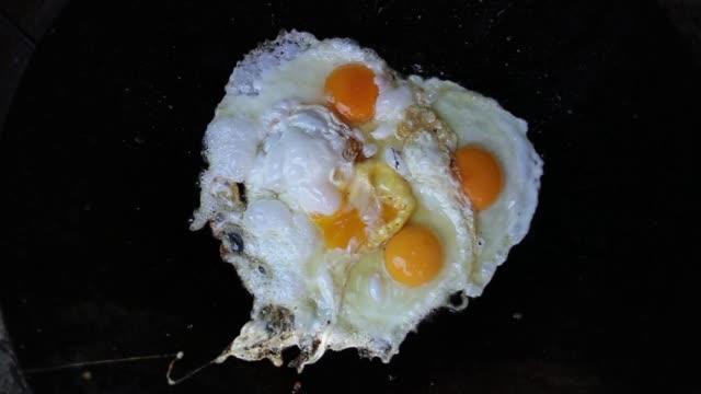 vídeos y material grabado en eventos de stock de cocinar el desayuno - huevos fritos de un solo lado